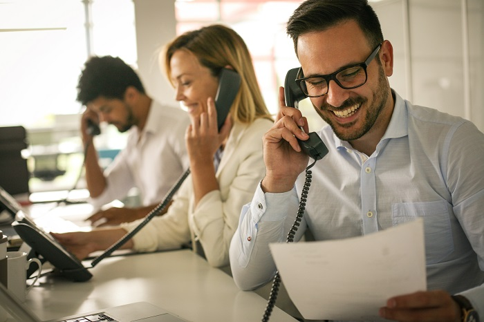 What is the difference between a phone answering service and a call center?